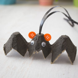 halloween egg carton crafts, halloween crafts for kids, black bat, vampire, kids crafts, diy halloween decoration