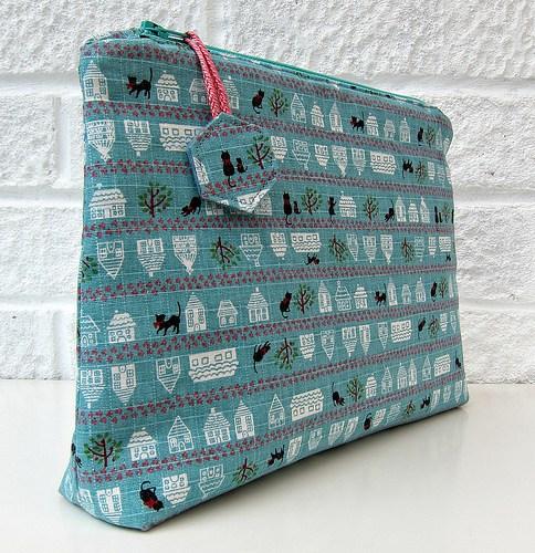 Zipper Bag Tutorial + Free Sewing Pattern, DIY, patchwork zipper bag, make-up bag, travel bag, easy sewing projects